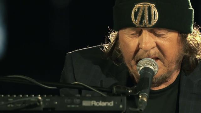 Earth Day, Zucchero davanti al Colosseo deserto canta l'inedito scritto con Bono
