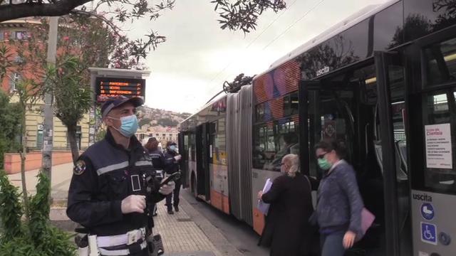 Genova, sul bus con i vigili: le mascherine si alzano solo di fronte alle divise