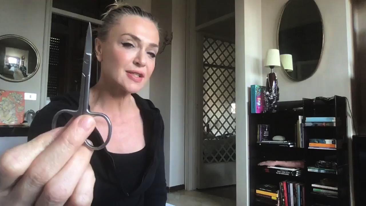 Paola Barale, il video tutorial per tagliarsi i capelli da ...