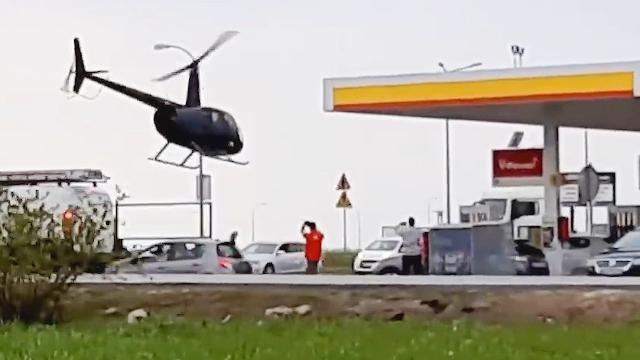 Elicottero finisce il carburante e decide di fare il pieno in una stazione di rifornimento per auto