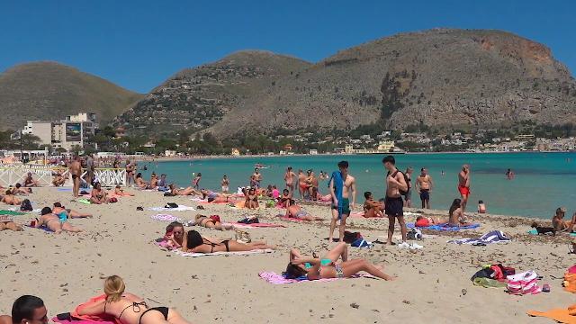 Fase 2, bagno a mare e sport: i palermitani tornano alla spiaggia di Mondello