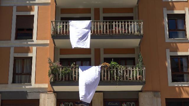 Palermo ricorda la strage di Capaci con fiori e lenzuola bianche appese