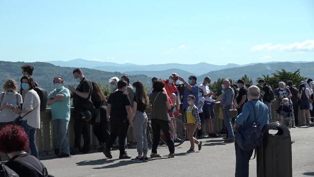 Frecce Tricolori in cielo a Firenze, folla e addio rispetto delle distanze Covid