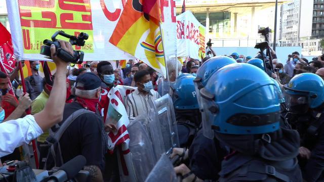 Coronavirus, tensione sotto la Regione Lombardia: la polizia blocca i manifestanti