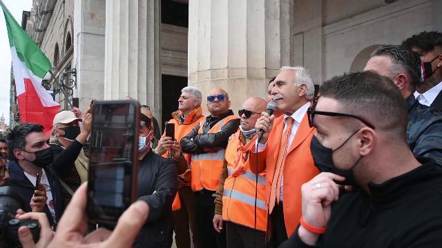 Gli slogan dei 'gilet arancioni' a Bari: