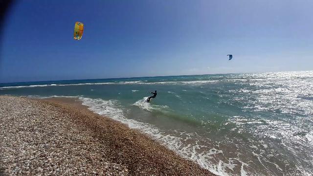 Ribera, le evoluzioni al vento dei kitesurfer