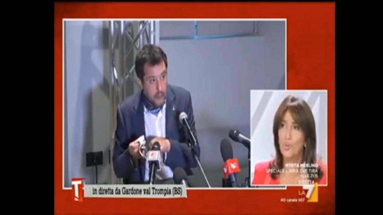 Matteo Salvini, cambio di mascherina prima della conferenza stampa: poi pulisce gli occhiali con quella usata