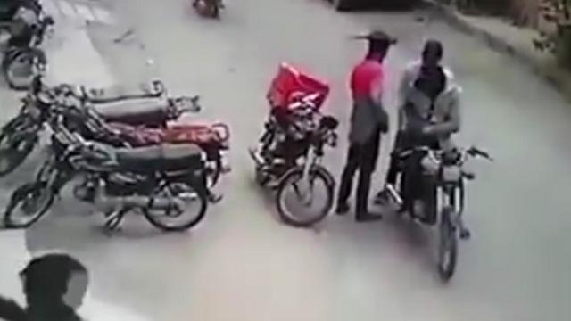 Pakistan, ladri dal cuore d'oro: rapinano un fattorino, ma lui si mette a piangere…