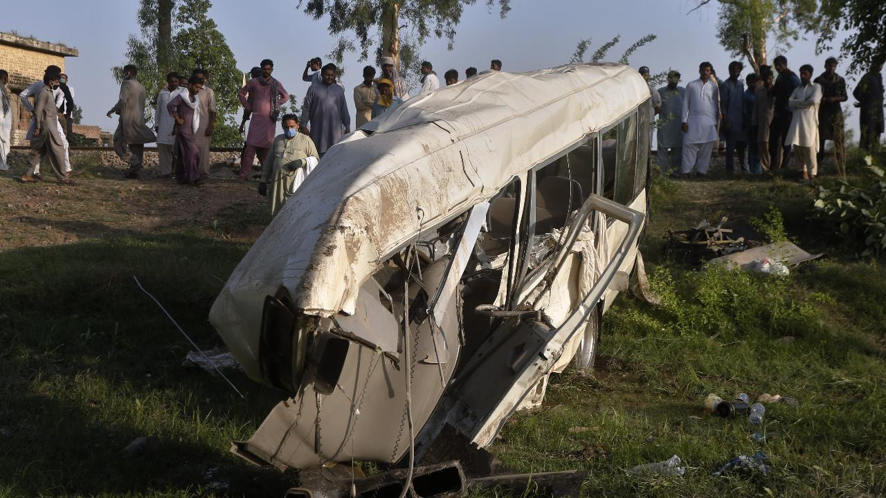 Pakistan, pullman travolto da un treno: il passaggio a livello non era abbassato