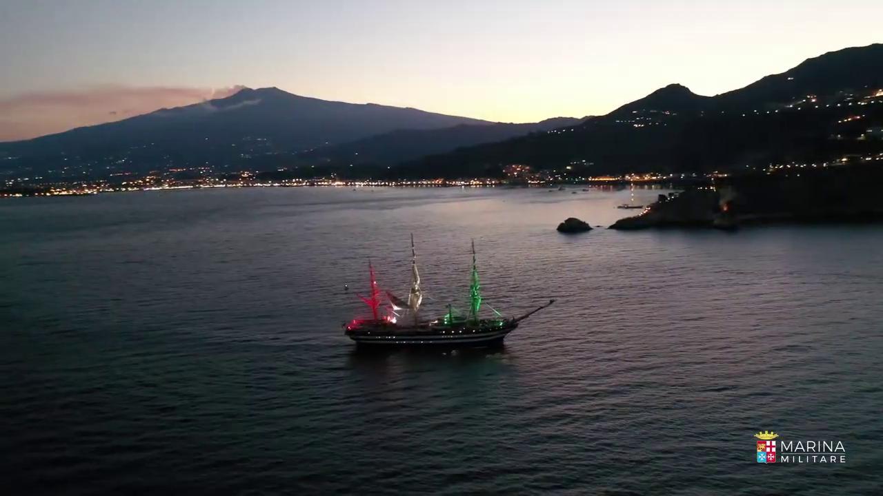 La nave Vespucci ricorda Morricone con il tricolore e un brano suonato dal comandante