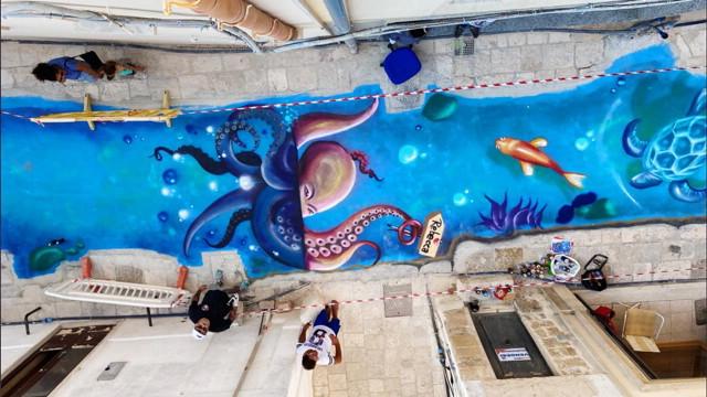 Street art, il mare attraversa per 70 metri un vicolo a Mesagne: l'omaggio del writer alla sorella morta