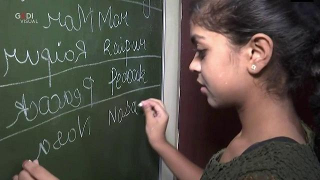 """India: la ragazza prodigio che scrive """"a specchio"""" in due lingue diverse"""