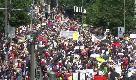 Berlino, ventimila negazionisti del Covid sfilano per contestare le misure restrittive