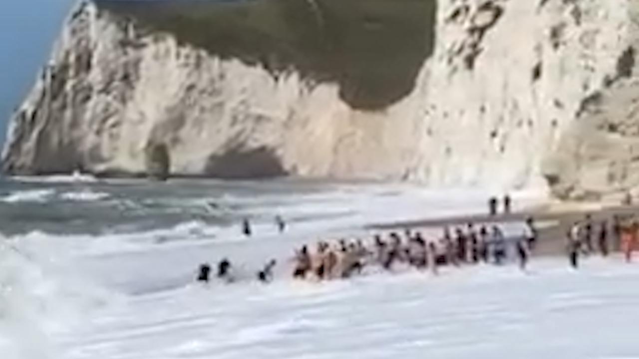 Una persona sta per annegare: così i bagnanti formano una catena umana per salvarla