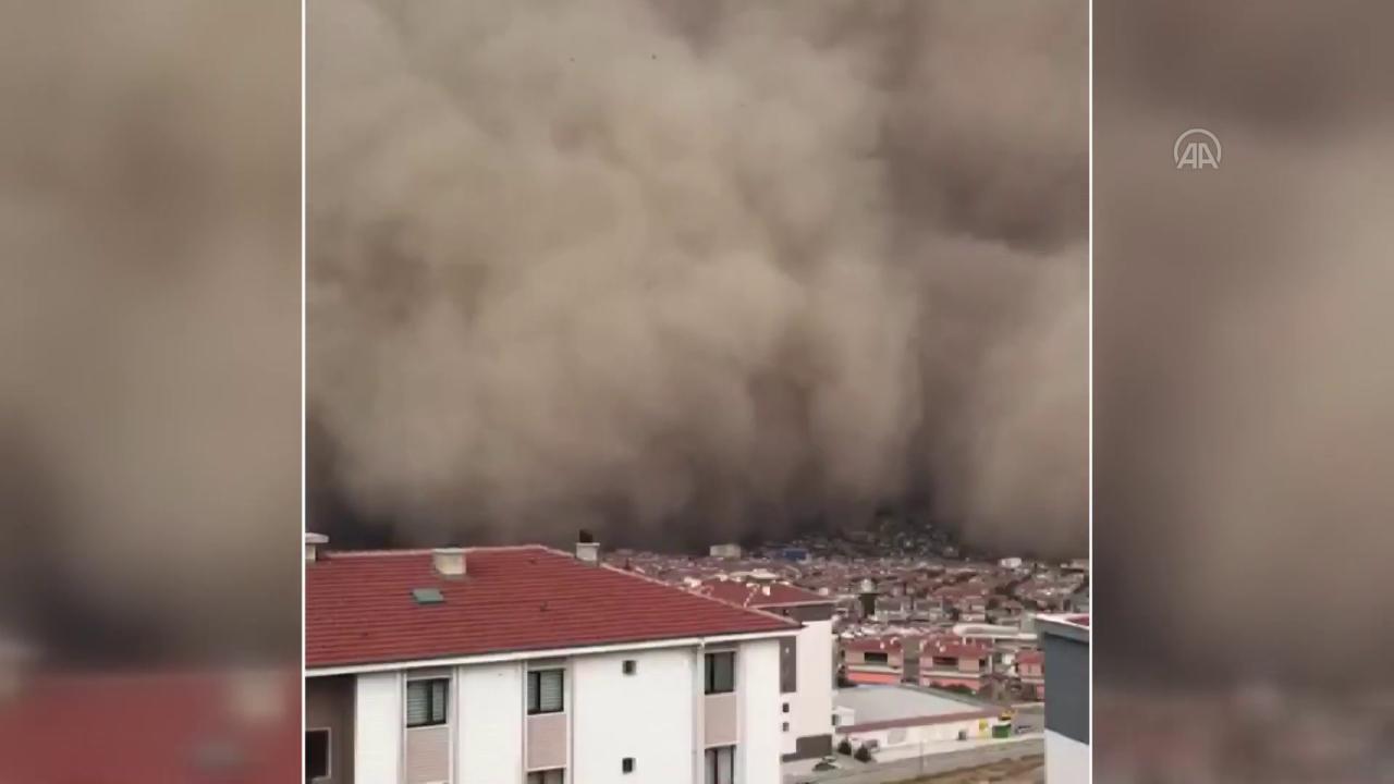 Turchia, tempesta di sabbia su Ankara: enorme nuvola di polvere inghiotte la città