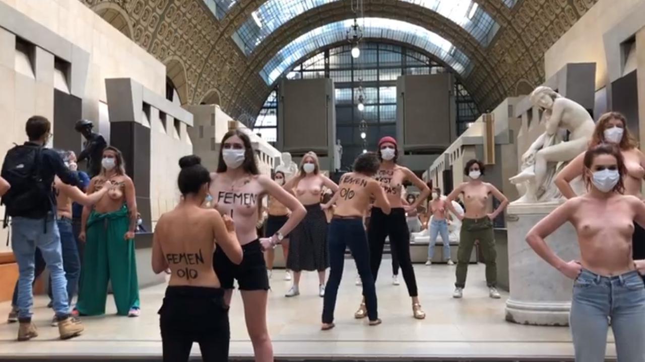 A seno nudo al museo: blitz delle Femen all'Orsay dopo lo stop a una visitatrice scollata