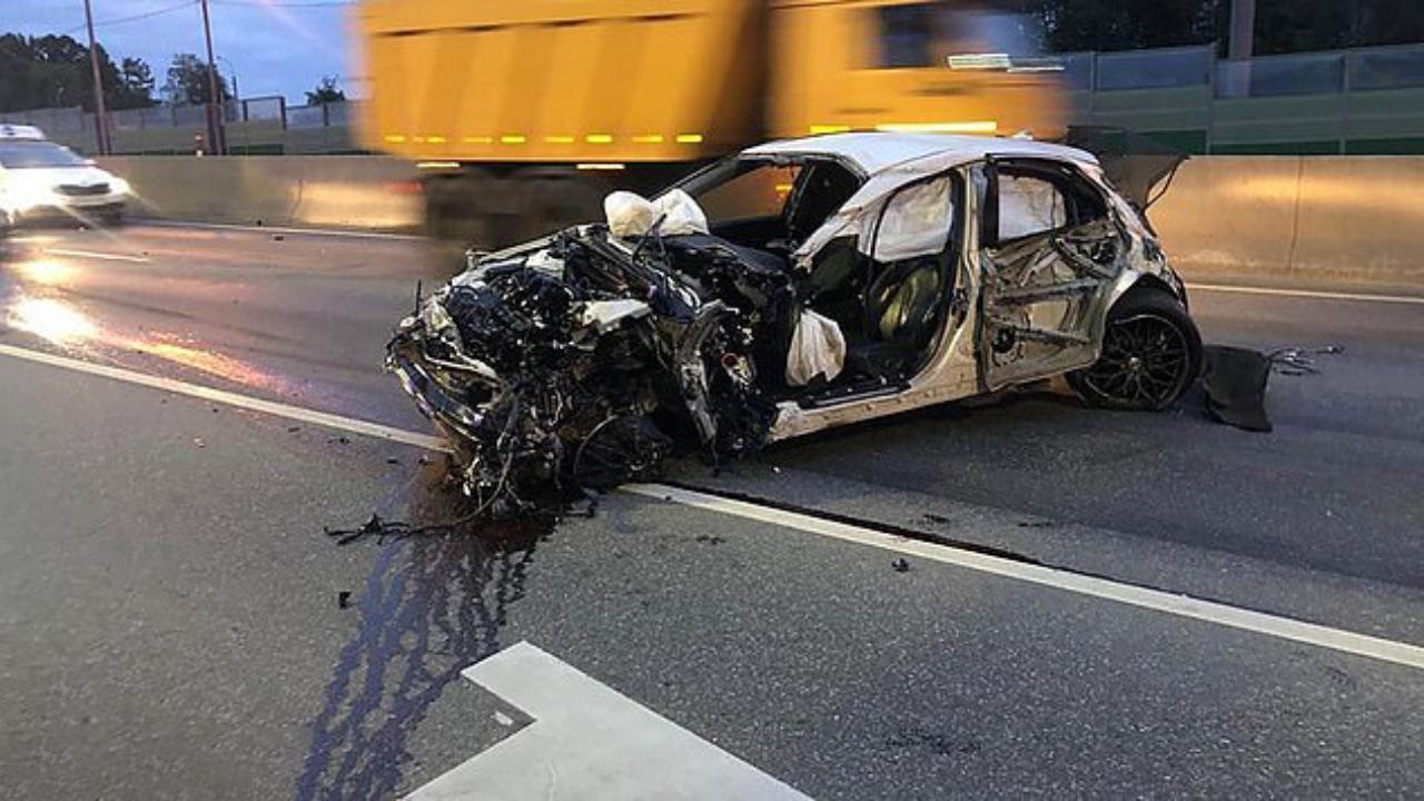 """Ragazzino ruba l'auto del papà con gli amici, inseguito della polizia si schianta: il """"miracolo"""" ripreso in diretta"""