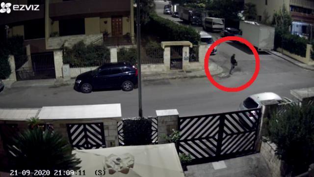 Omicidio fidanzati Lecce, il killer ripreso dalla telecamera di sorveglianza dopo il delitto
