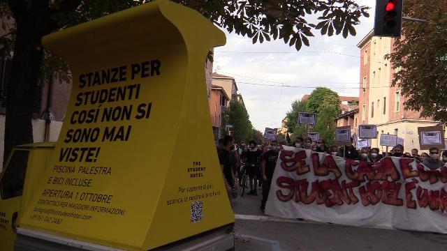 Corteo contro lo Student Hotel di Bologna, i collettivi forzano il cordone di polizia e imbrattano lo studentato