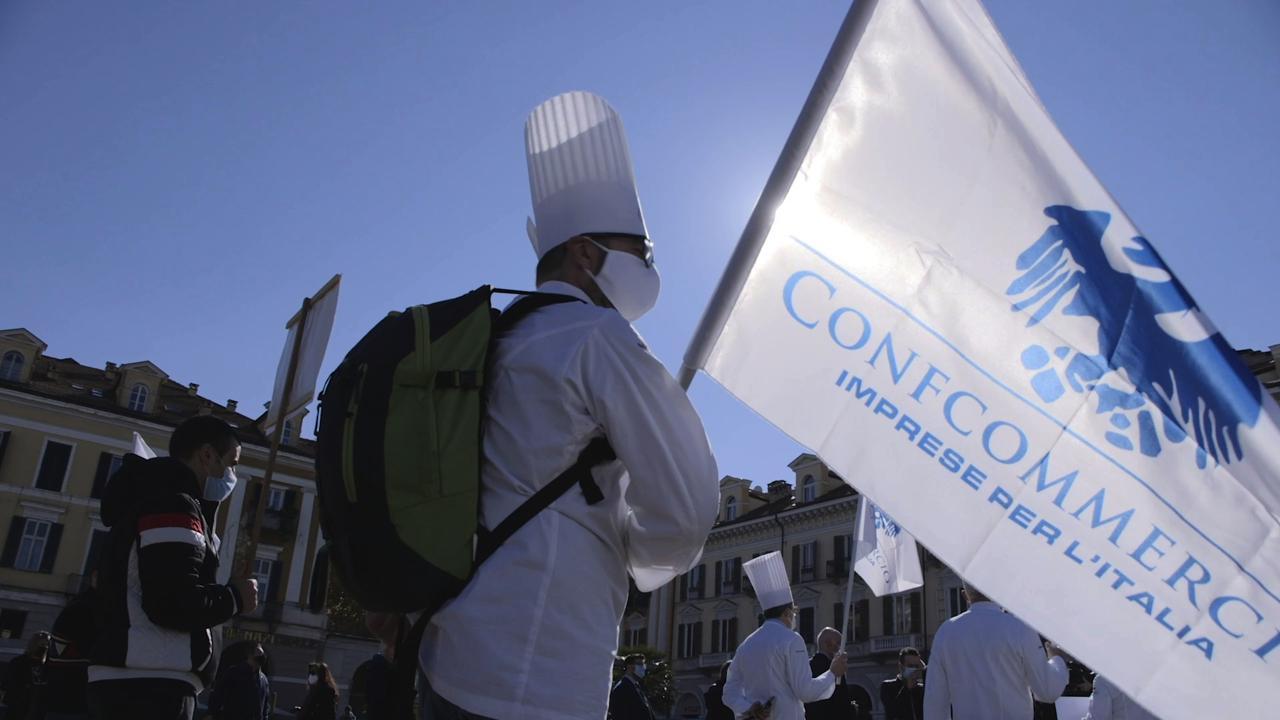 """""""Se i ristoranti sono sicuri a pranzo lo saranno anche a cena"""": in piazza a Cuneo il flash-mob di Confcommercio"""