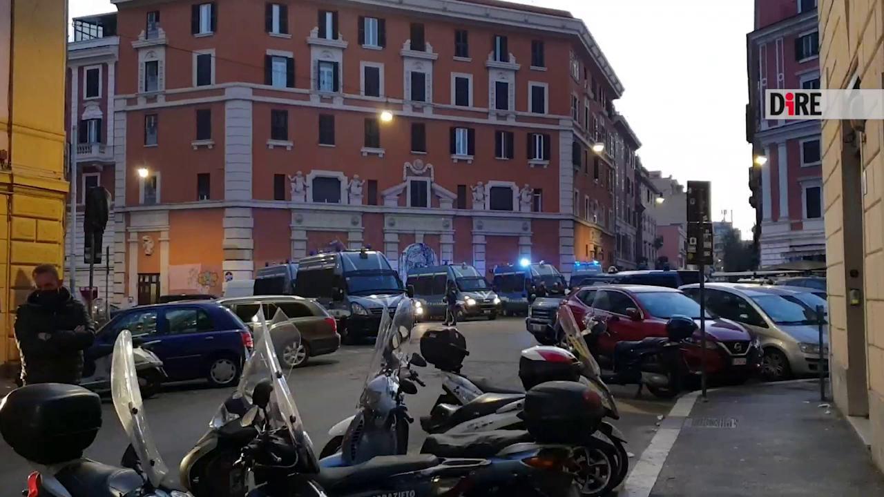 Roma, lo sgombero tra le proteste del Nuovo cinema Palazzo ...