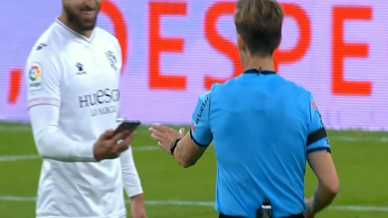 Clamoroso in Spagna, dopo 6 minuti il giocatore si accorge di avere con sé il cellulare e lo consegna all'arbitro