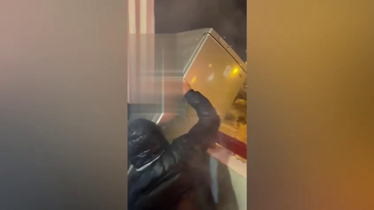 Taranto, lanciano un frigorifero dal balcone la notte di Capodanno. Il video sui social: 'Vergogna'