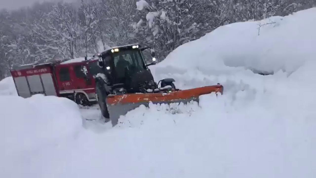 """Appennino emiliano, il trattore """"lotta"""" nella neve per trainare il camion dei vigili del fuoco"""
