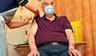 Coronavirus, al via in Gb la somministrazione del vaccino Oxford-AstraZeneca: un 82enne riceve la prima dose