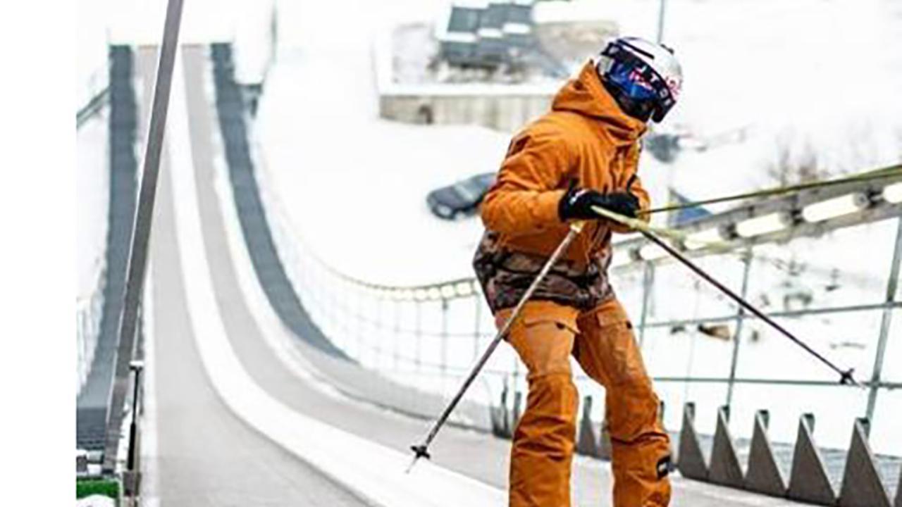 Si lancia dal trampolino all'indietro poi compie un doppio salto mortale: la prodezza sugli sci è unica