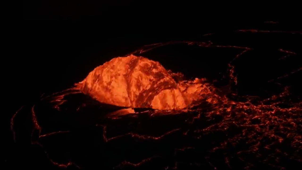 """Dal vulcano Kilauea nasce una surreale """"fontana a cupola"""" di lava alta cinque metri: le immagini spettacolari"""