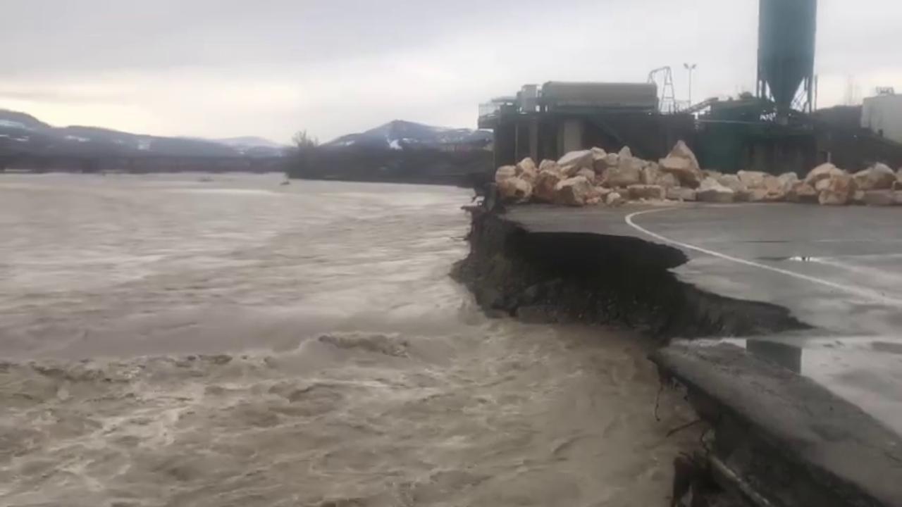 Parmense, il fiume Taro si mangia la strada durante la piena