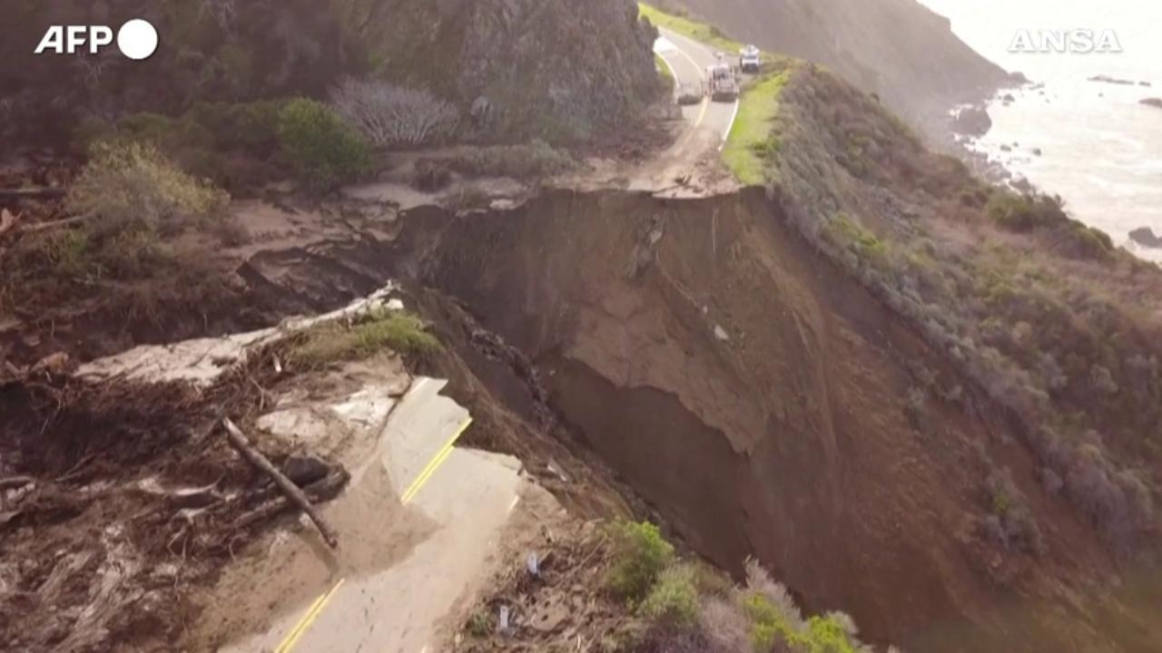 California, 50 metri di autostrada sprofondano nel Pacifico: le immagini aeree