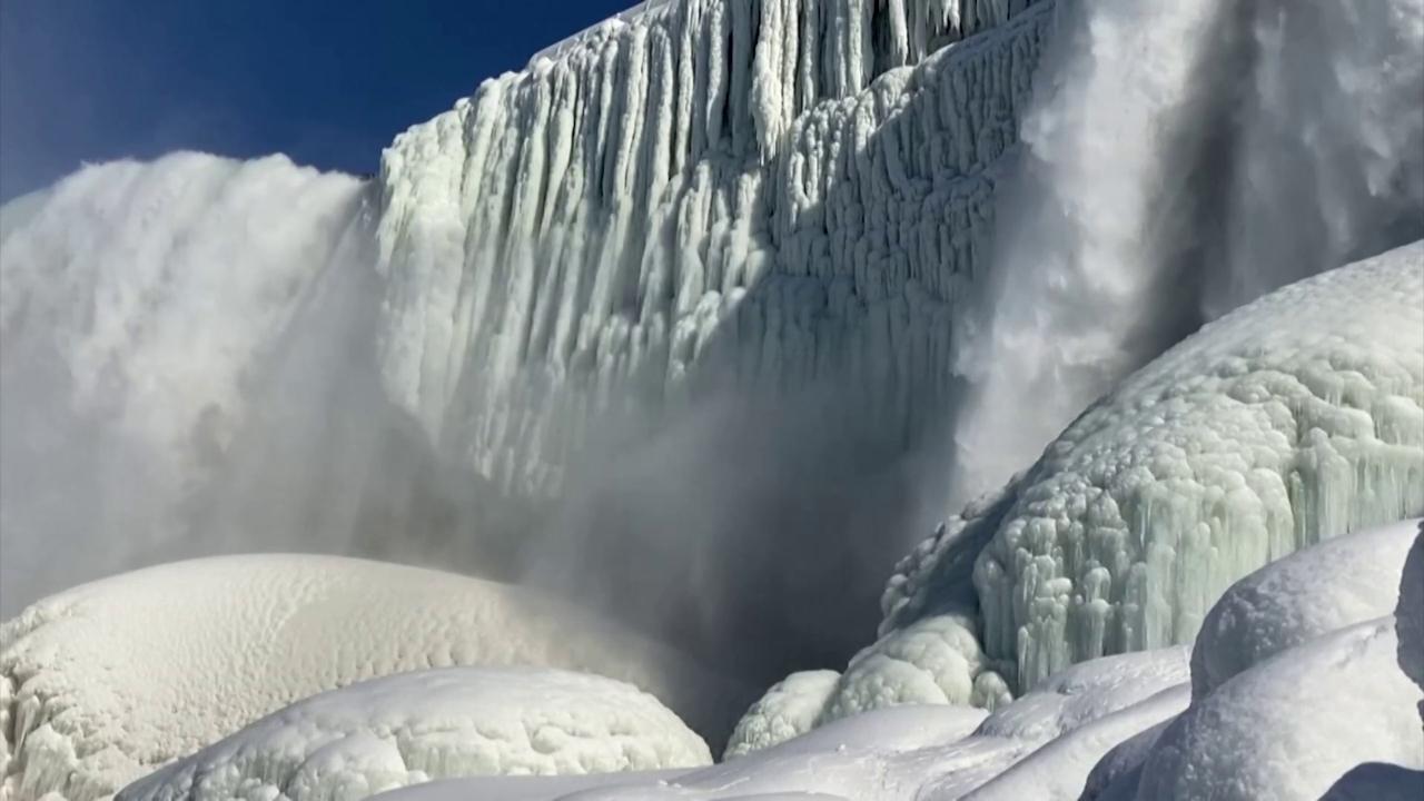 Usa, le temperature sono sottozero: le cascate del Niagara si ghiacciano parzialmente