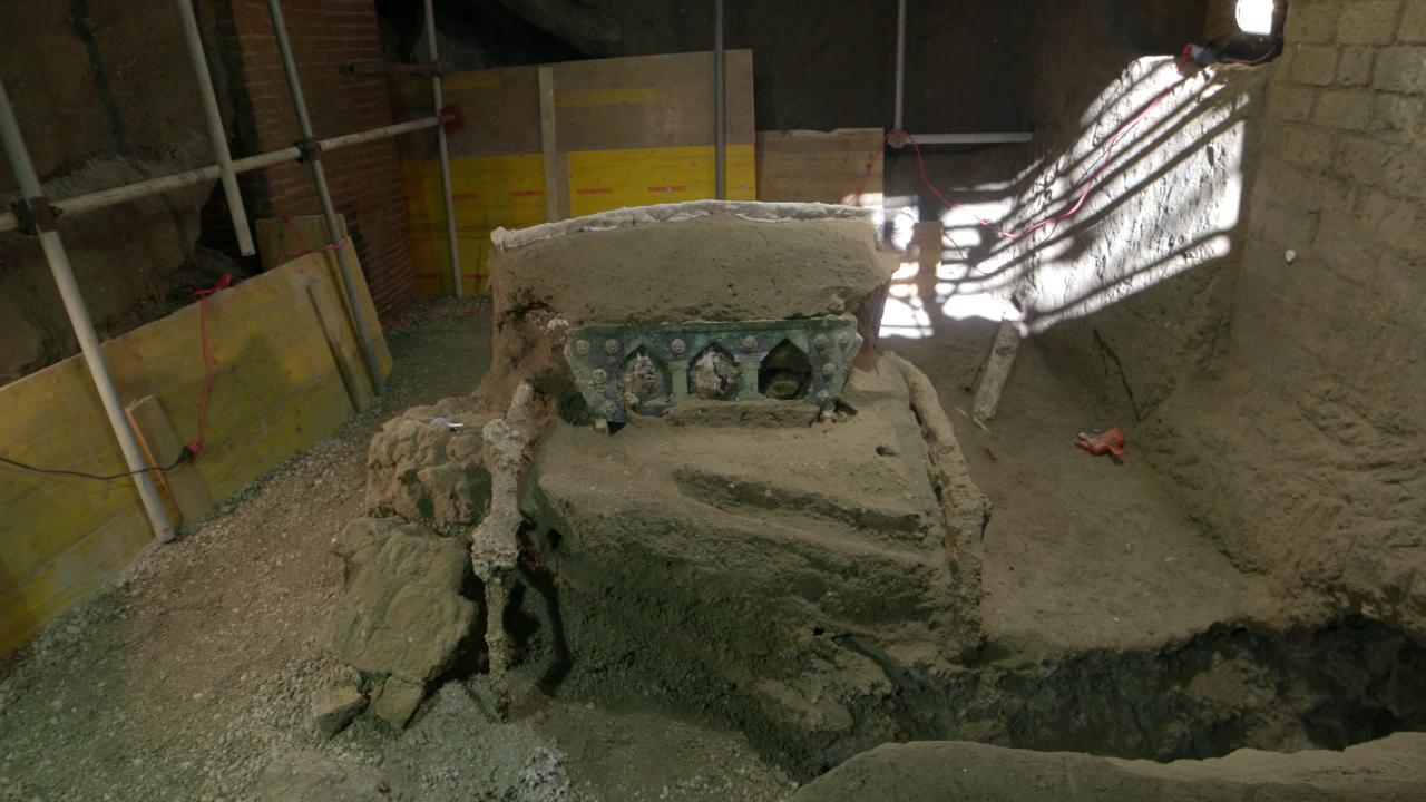 """Eros e nozze, ritrovato a Pompei un carro unico: """"Salvato per un soffio dai tombaroli"""""""