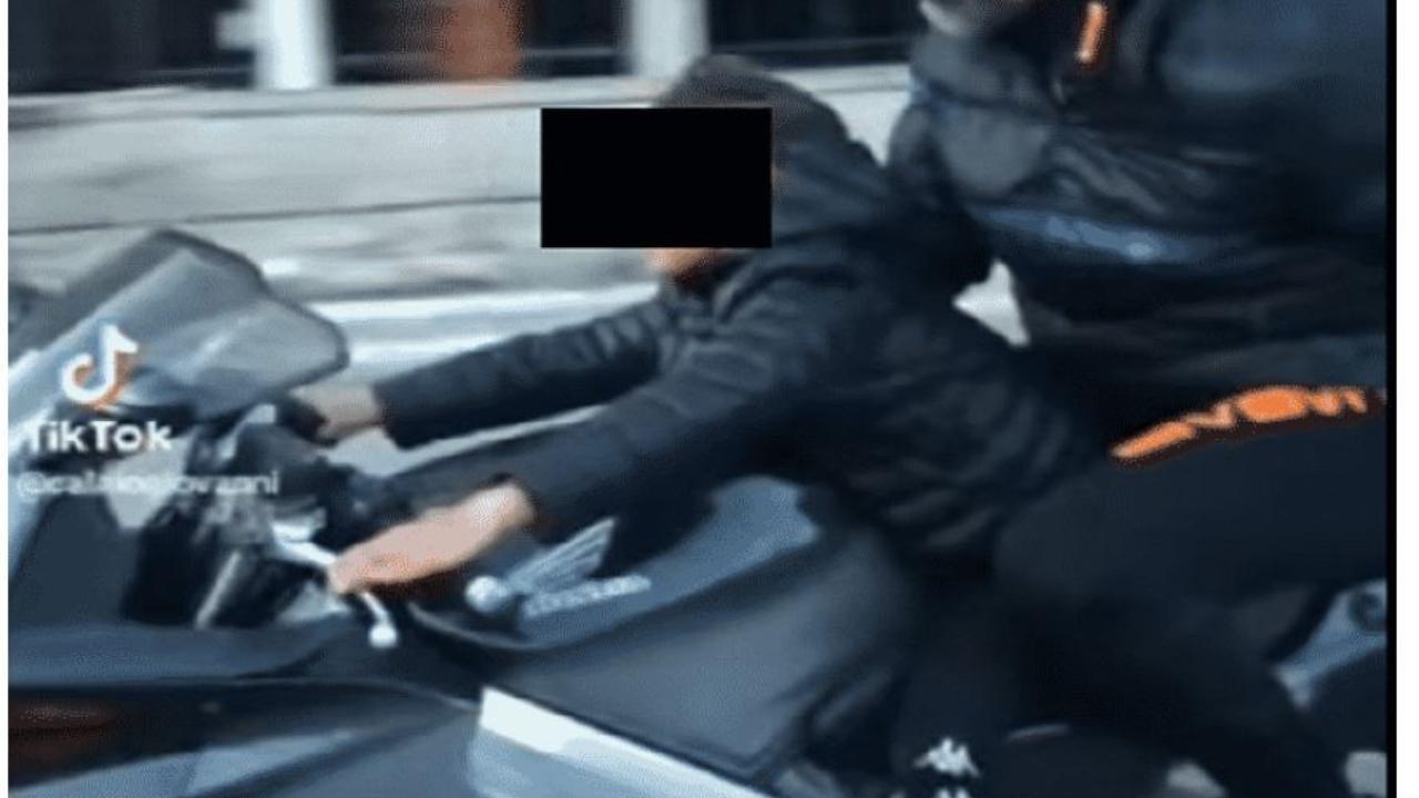 Palermo, bimbo sfreccia alla guida di una moto di grossa cilindrata, dietro siede un adulto: il video choc diventa virale