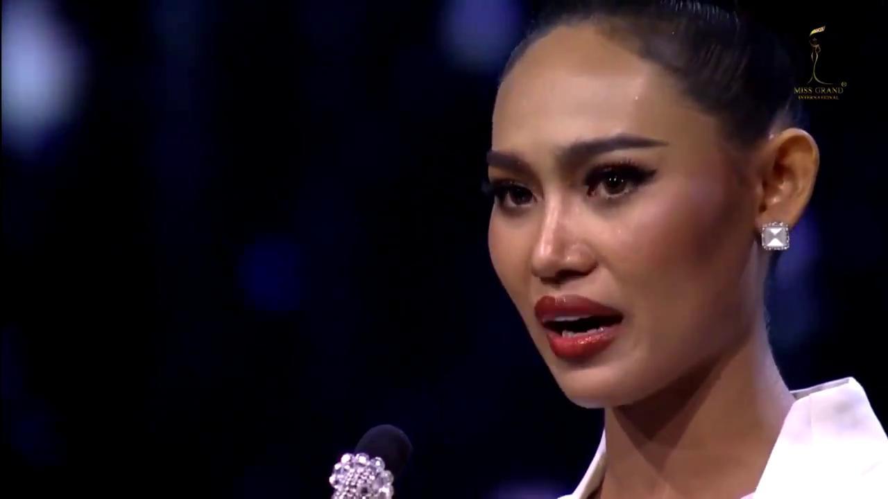 """Birmania, aspirante Miss dal palco del concorso: """"Salvateci"""""""