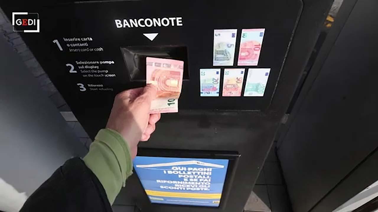 'Caccia i sordi': il benzinaio self service parla romanesco