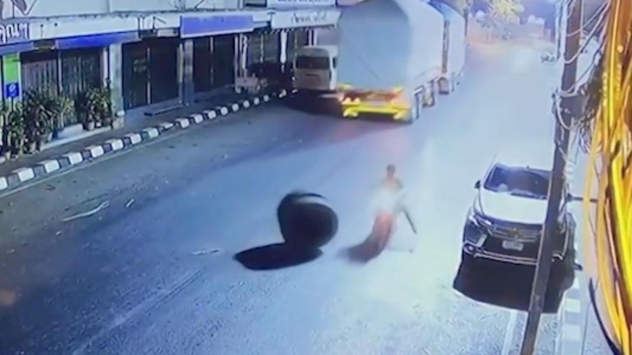 Thailandia, tir perde una gomma e sfiora il motociclista: illeso