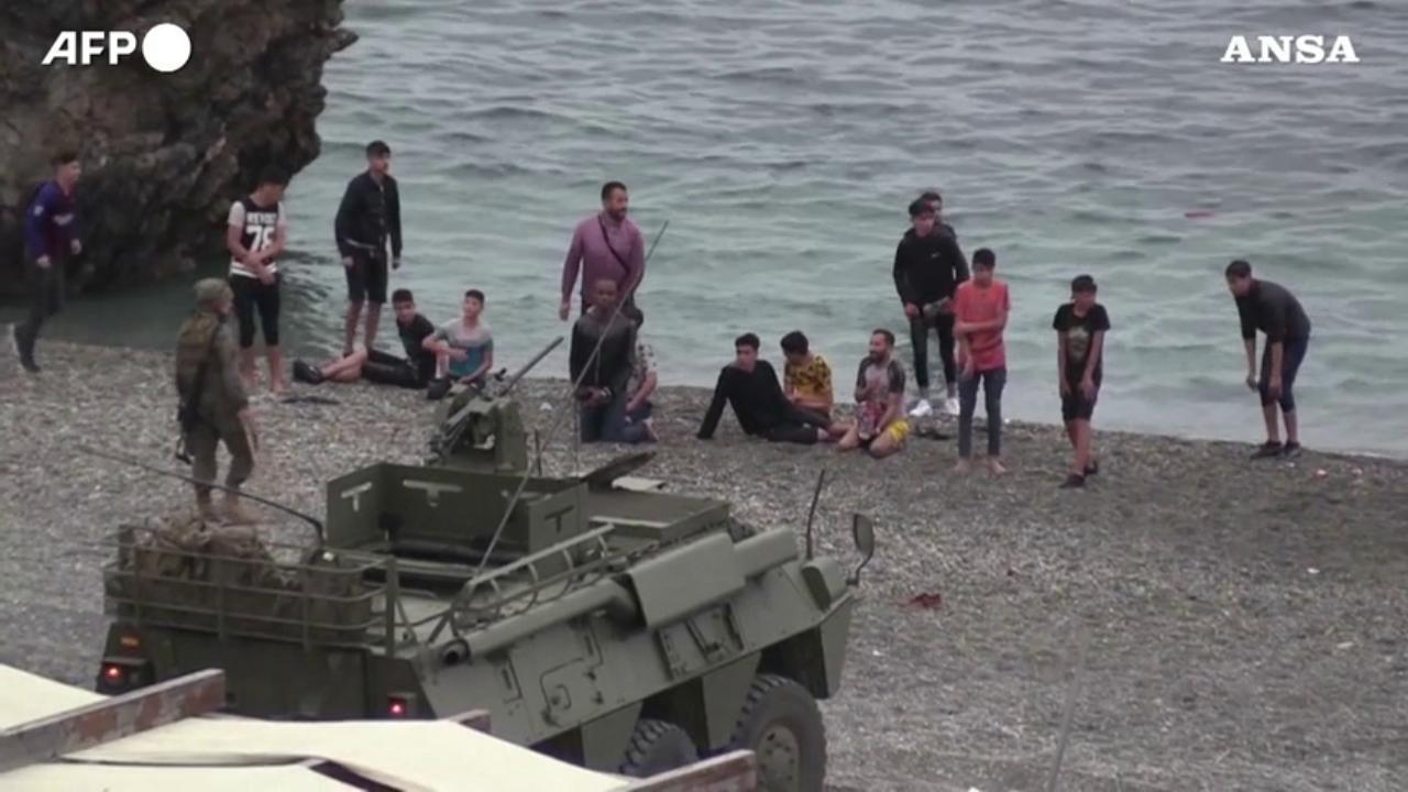 Spagna, l'esercito respinge i migranti a Ceuta: le persone costrette a buttarsi in mare