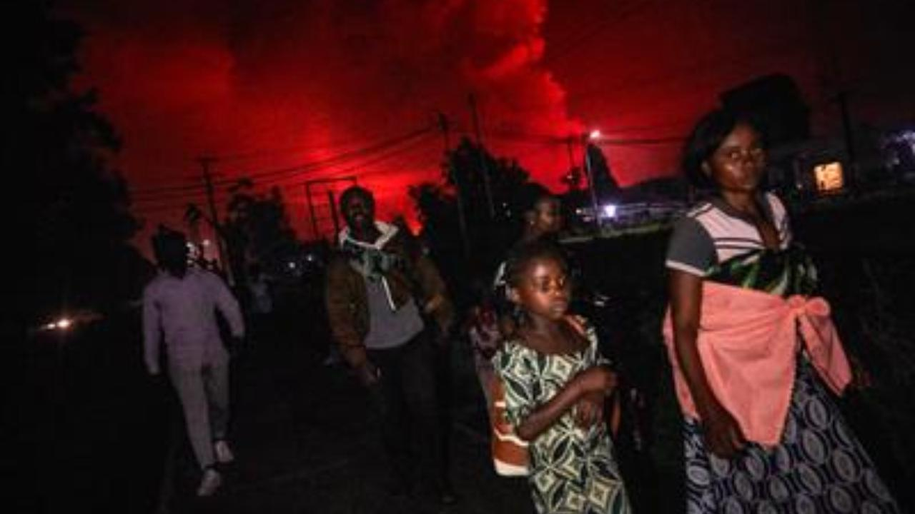 Congo, in migliaia in fuga per scampare all'eruzione del vulcano: sembra l'Apocalisse