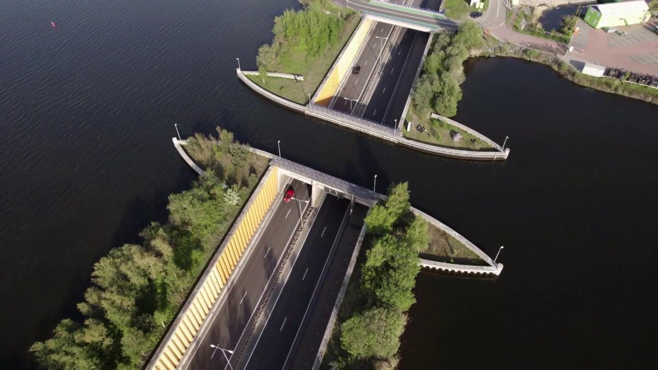 Nei Paesi Bassi un capolavoro di ingegneria: le auto scompaiono sott'acqua