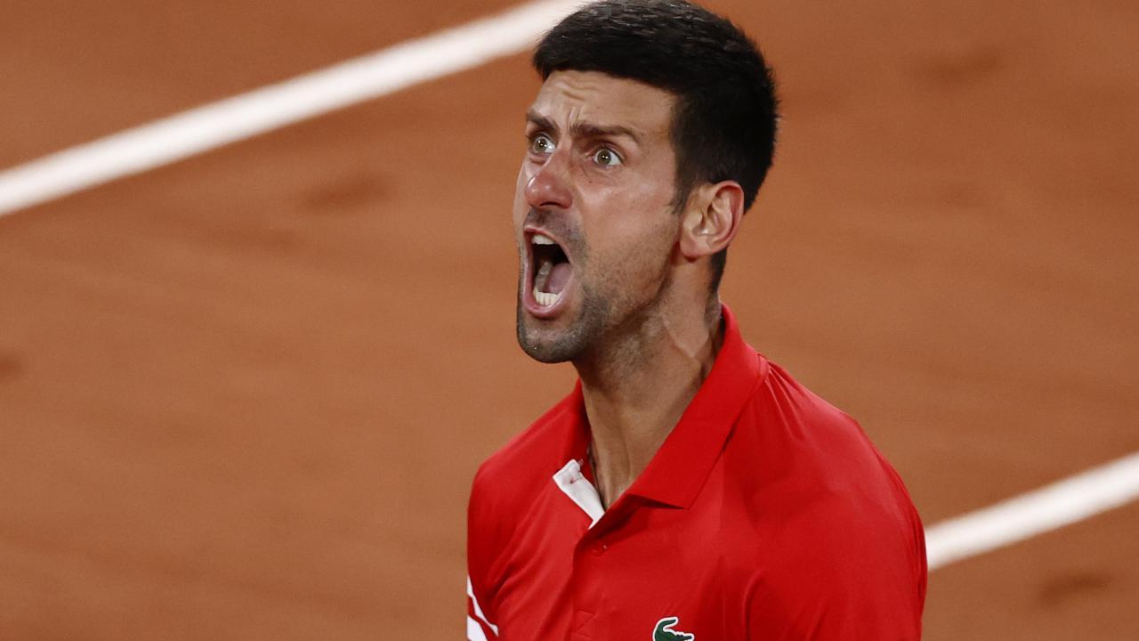 Roland Garros, Djokovic 'fuori di testa' nel match contro Berrettini tra urla e calci: lascia i tifosi senza parole