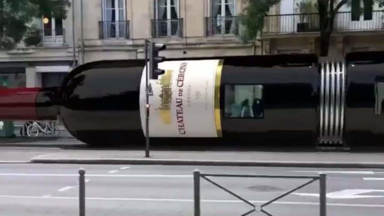 A Bordeaux il tram si trasforma in una bottiglia di vino