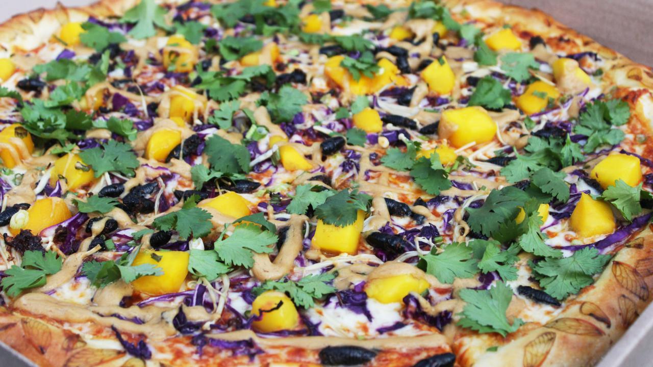 Le cicale che infestano il MidWest finiscono nel menu: ecco la pizza con gli insetti e l'assaggio dei clienti