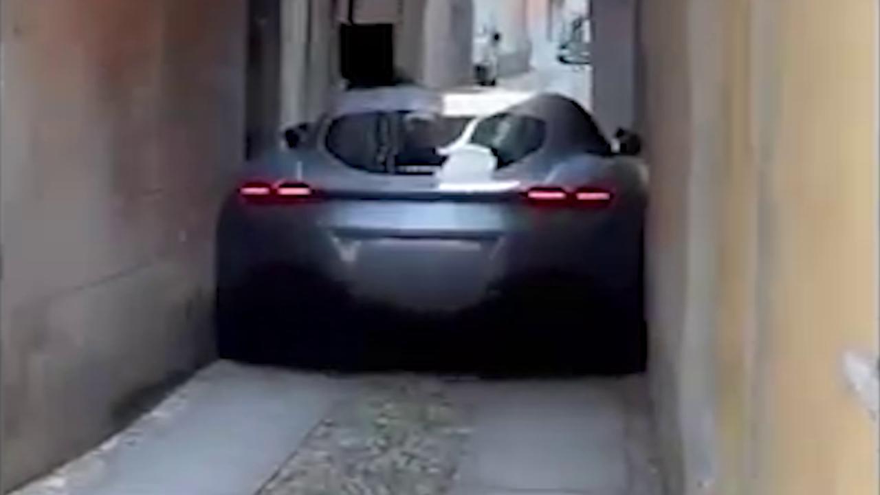 Orta San Giulio, la Ferrari da 200.000 euro rimane incastrata in un vicolo e l'automobilista viene anche multato