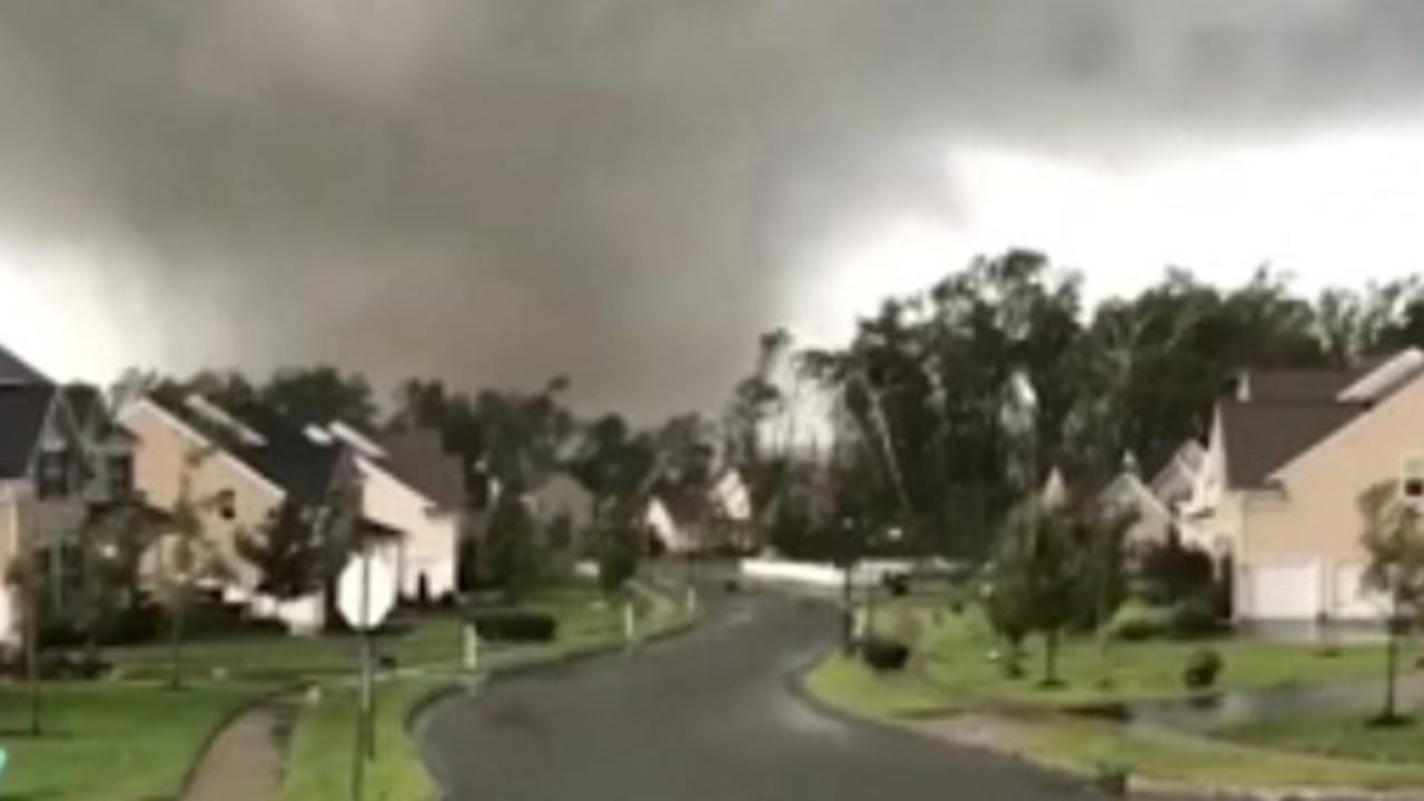 Tornado con venti a 240 km/h si abbatte a due ore da Manhattan, lascia distruzione totale: il prima e dopo