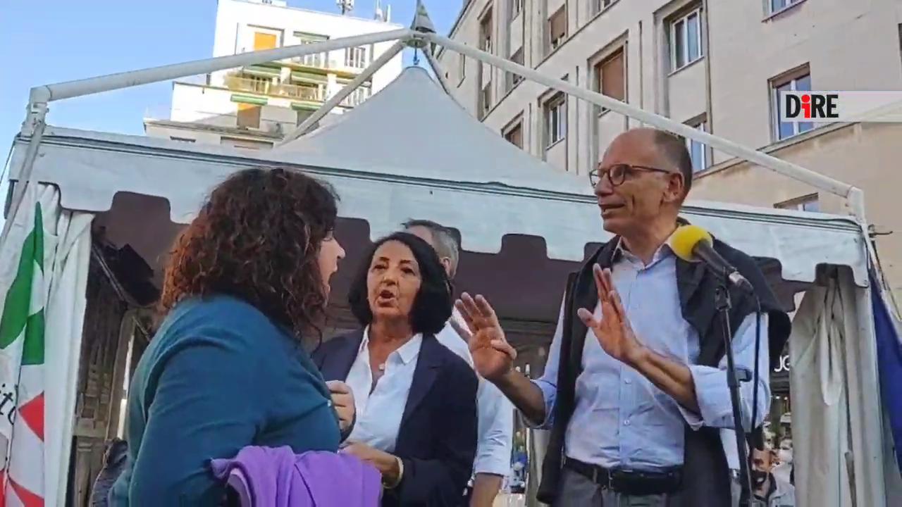 """Trieste, contestatrice No Vax sale sul palco e interrompe il comizio di Letta: """"Il vaccino è libertà?"""""""