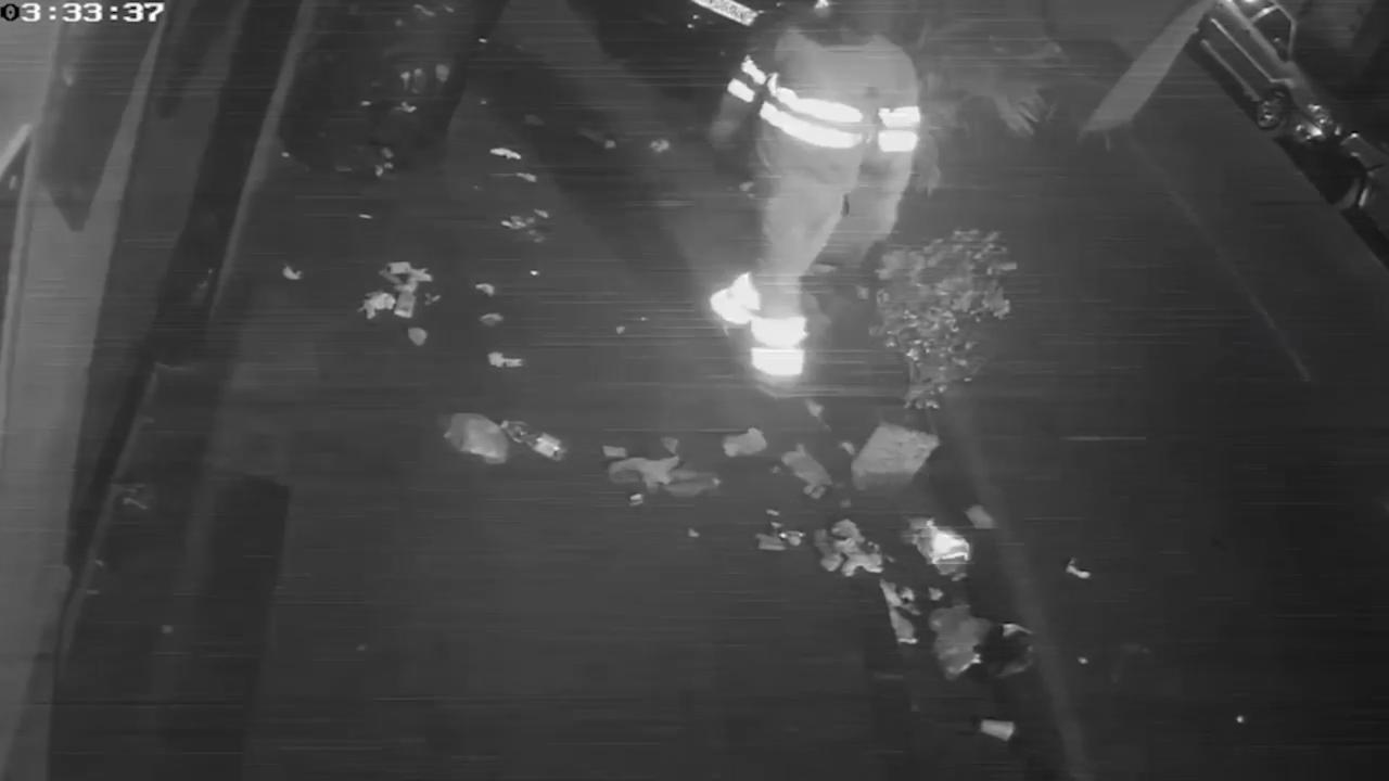 Napoli, l'operatore ecologico sparge i rifiuti per strada: le immagini dalle telecamere di sicurezza