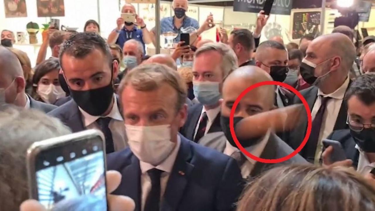 Francia, Macron colpito da un uovo durante una visita a Lione